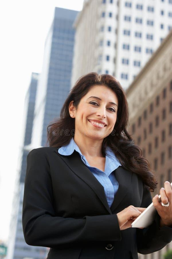 Bizneswoman Pracuje Na pastylka komputerze Na zewnątrz biura fotografia stock