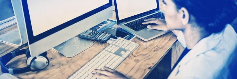 Bizneswoman pracuje nad komputerem i laptopem zdjęcie royalty free