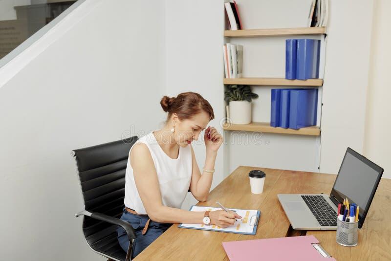 Bizneswoman pracuje nad nowym projektem fotografia stock
