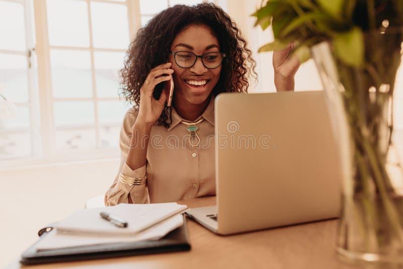 Bizneswoman pracuje od domu na laptopie obraz royalty free