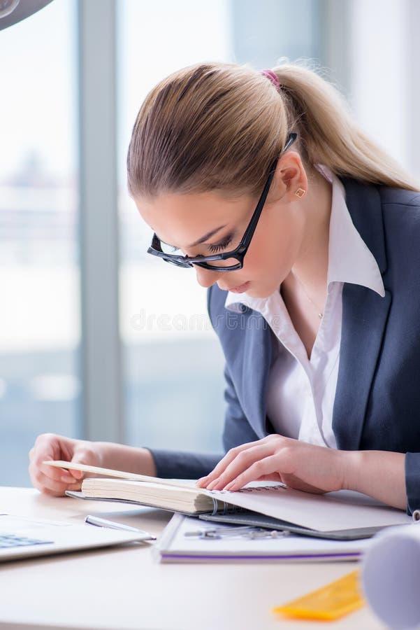 Bizneswoman pracuje przy jej biurkiem w biurze fotografia stock