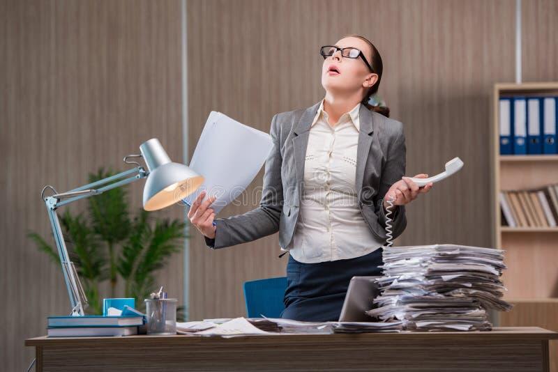 Bizneswoman pracuje w biurze obrazy stock
