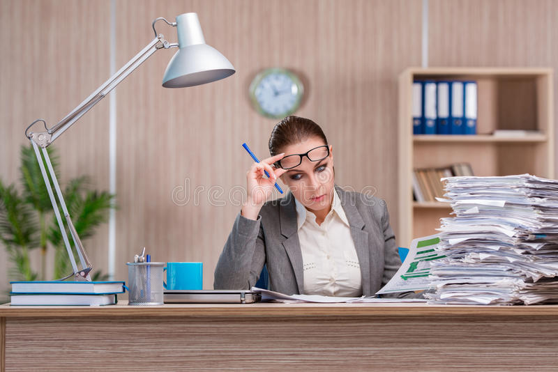 Bizneswoman pracuje w biurze zdjęcia stock