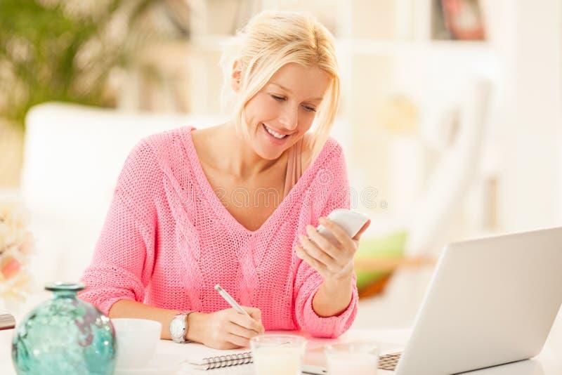 Bizneswoman Pracuje w domu obraz stock