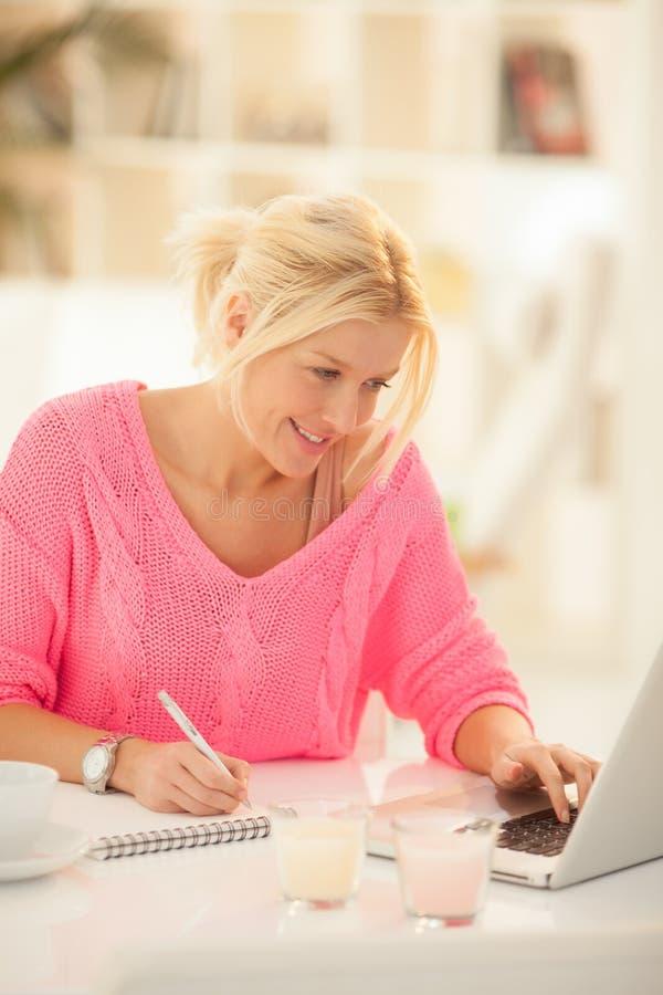 Bizneswoman Pracuje w domu zdjęcia royalty free