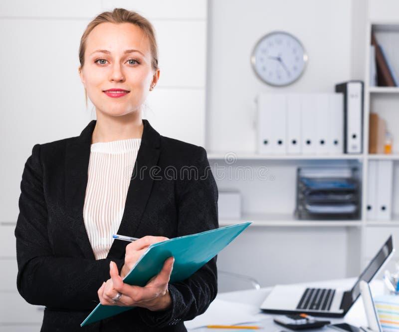 Bizneswoman pracuje w kostiumu z falcówką fotografia royalty free
