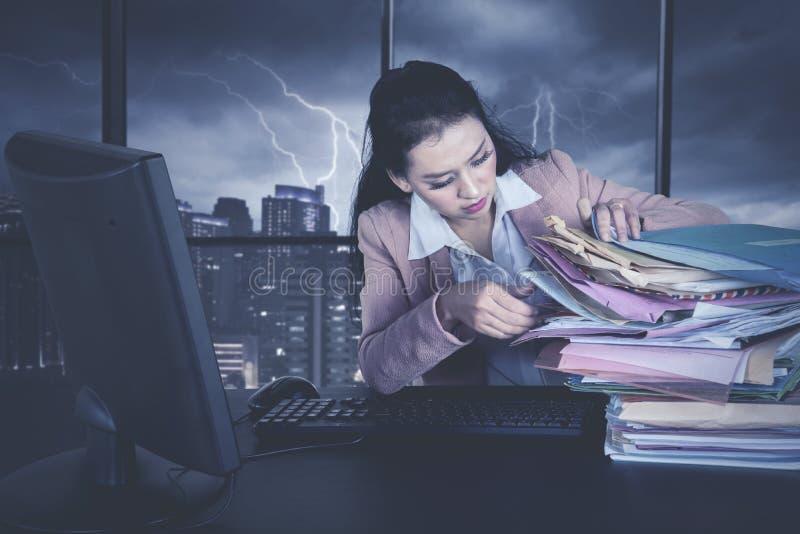 Bizneswoman pracuje z stosem dokumenty obraz stock