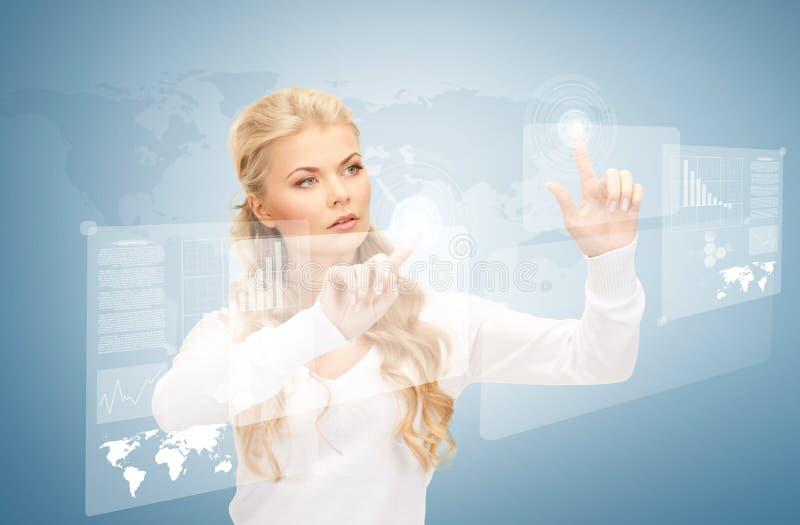 Bizneswoman pracuje z wirtualnymi ekranami obrazy stock