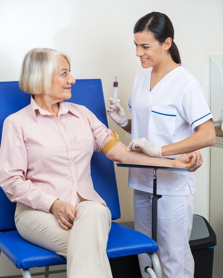 Bizneswoman Przechodzi badanie krwi obraz royalty free