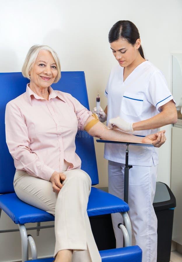 Bizneswoman Przechodzi badanie krwi W klinice fotografia stock