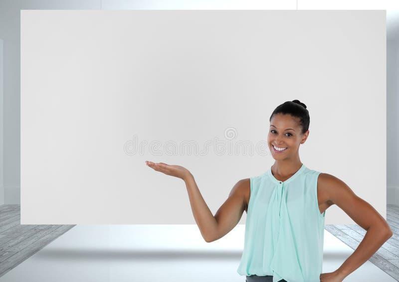 Bizneswoman przedstawia z białą deską obraz stock