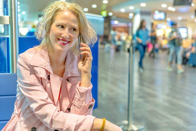 Bizneswoman przy abordaż bramą obraz stock