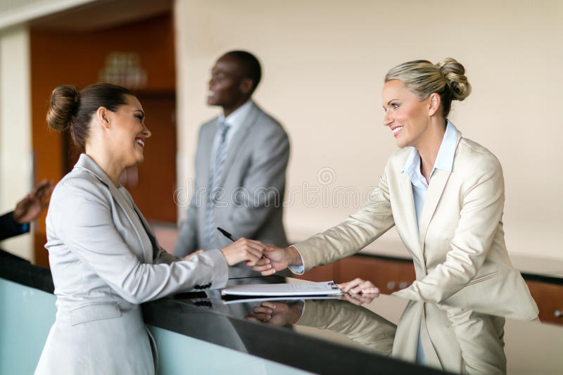 Bizneswoman przy hotelowym przyjęciem zdjęcie royalty free