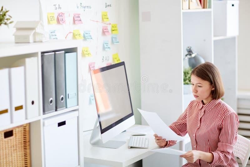 Bizneswoman przy pracą zdjęcia royalty free