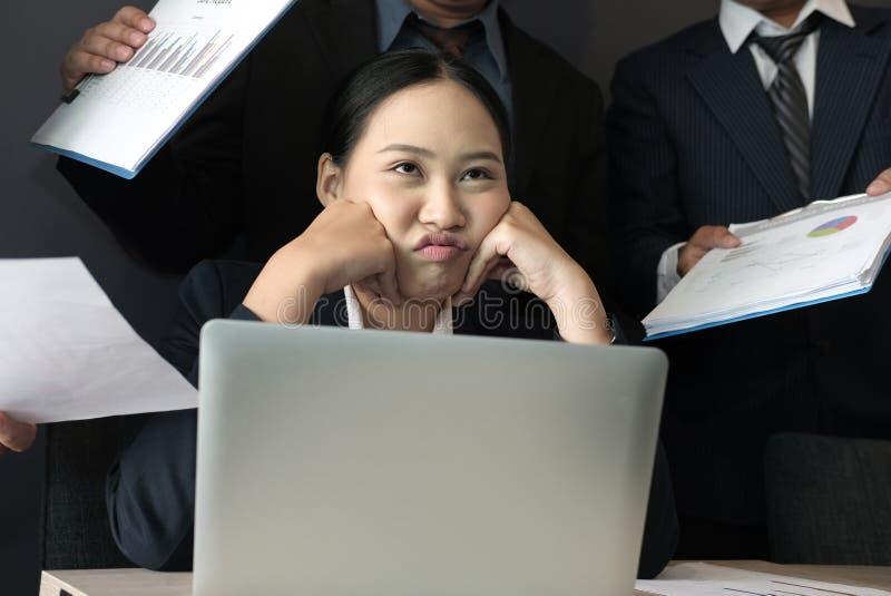 Bizneswoman przytłaczający z ciężką pracą zapracowany kobiety cierpienia stres skołowany sekretarki burnout zdjęcia royalty free
