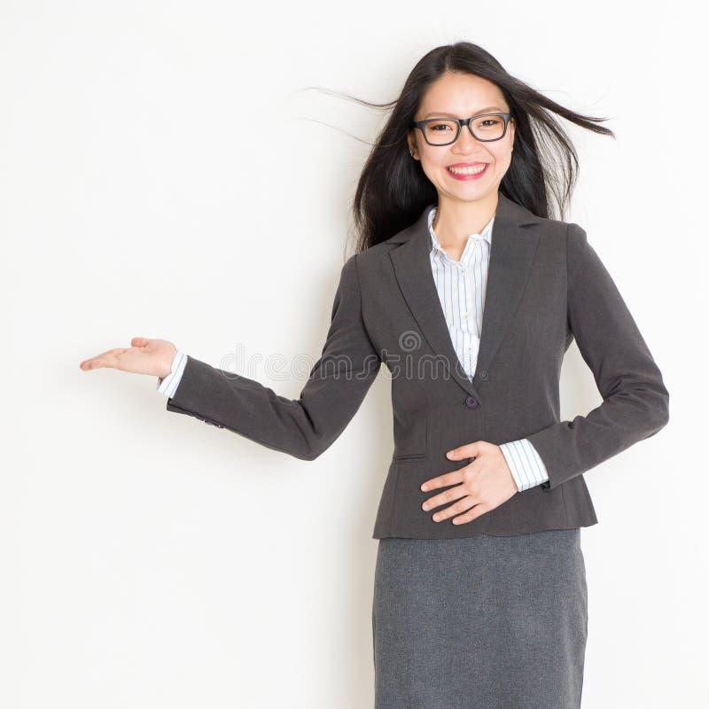Bizneswoman ręka pokazuje coś obraz royalty free