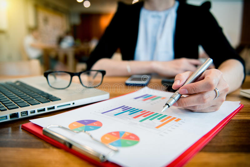 Bizneswoman ręka pracuje z finansami zdjęcie royalty free