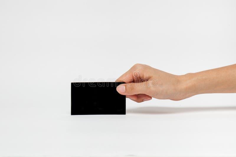 Bizneswoman ręka trzyma pustego papieru wizytówkę, zdjęcie royalty free