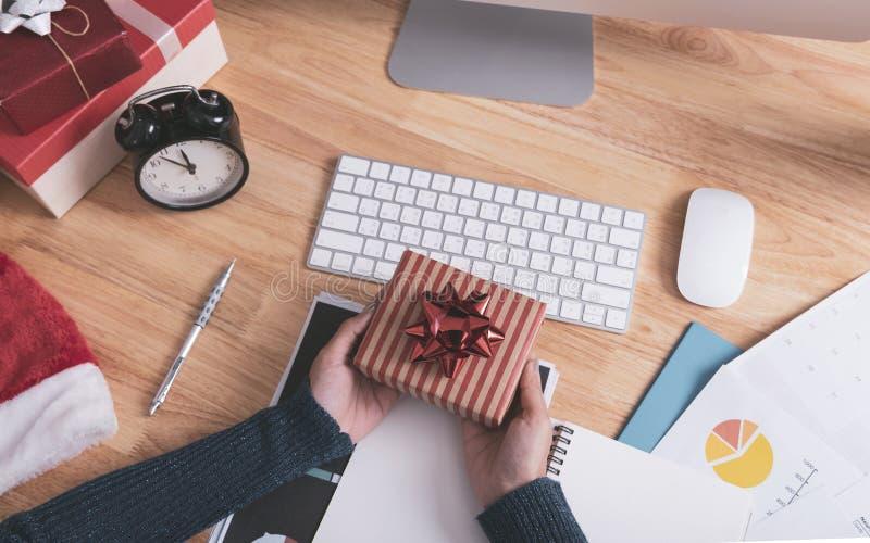 Bizneswoman ręki mienia prezenta pudełko w bożych narodzeniach wakacyjnych zdjęcie royalty free