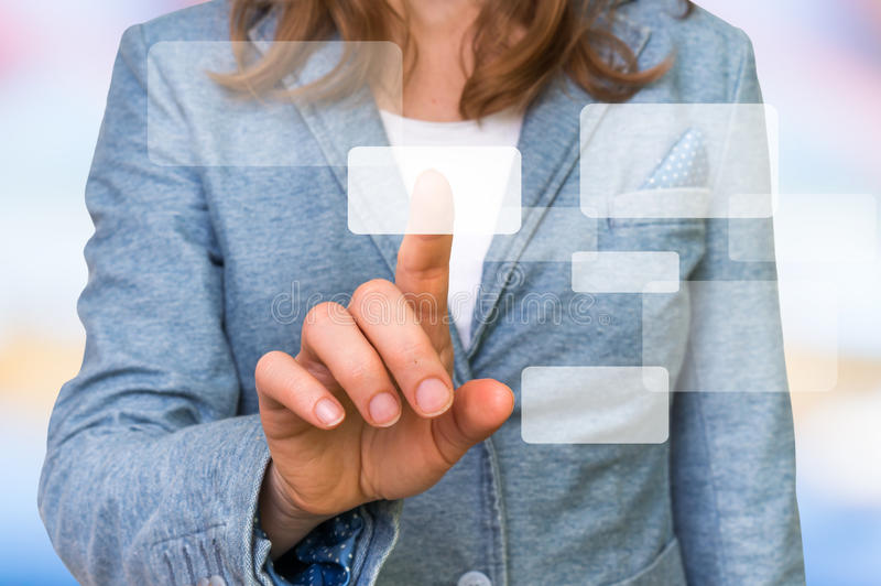 Bizneswoman ręki odciskania dotyka ekranu nowożytny guzik obrazy stock