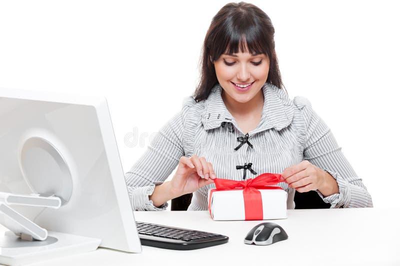 Bizneswoman robi boże narodzenie prezentowi zdjęcia stock