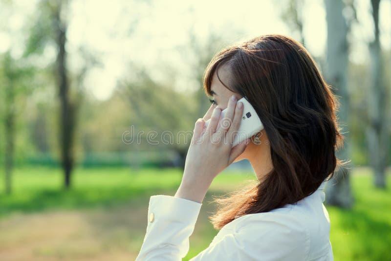 Bizneswoman rozmowę telefoniczną obrazy stock