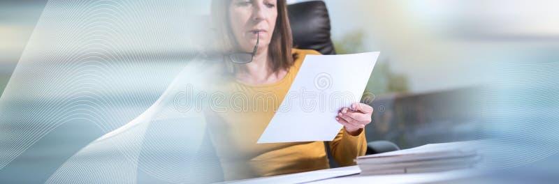 Bizneswoman sprawdza dokument, lekki skutek sztandar panoramiczny obrazy stock