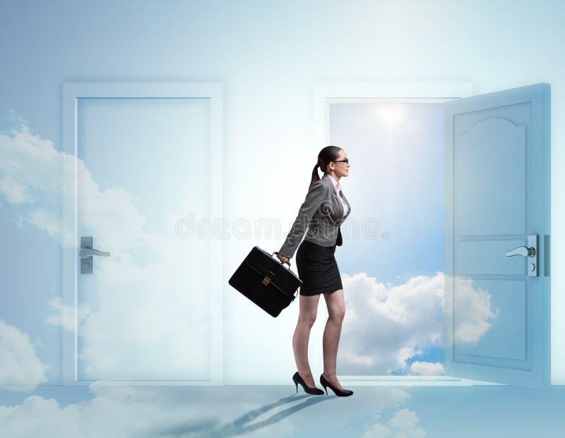 Bizneswoman stawia czo?o wiele okazje biznesowe fotografia stock