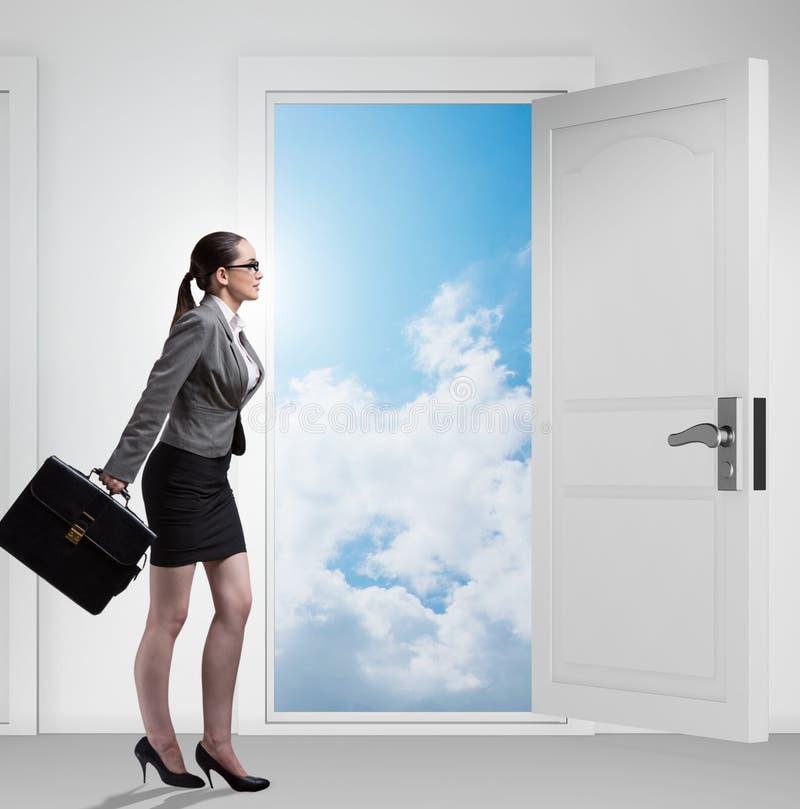 Bizneswoman stawia czo?o wiele okazje biznesowe obraz stock