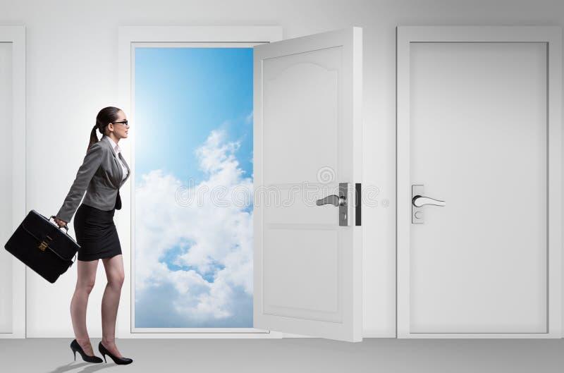 Bizneswoman stawia czo?o wiele okazje biznesowe zdjęcia stock
