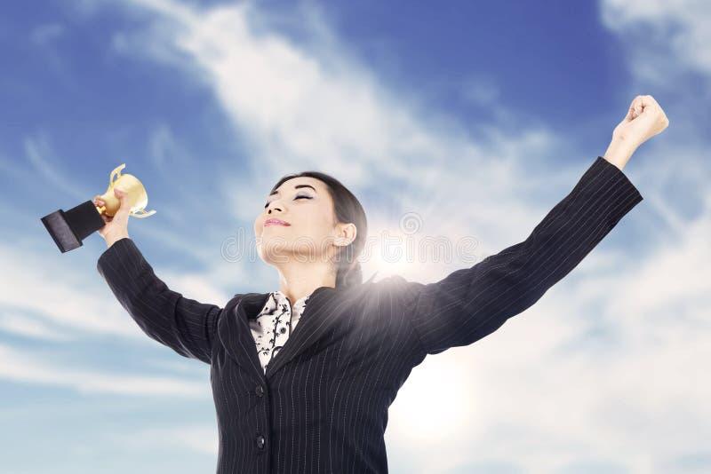 Bizneswoman target1035_1_ trofeum zdjęcia stock