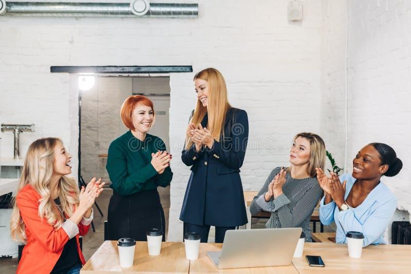 Bizneswoman trząść jej kolegi przy spotkaniem gratuluje, ręka zdjęcia royalty free