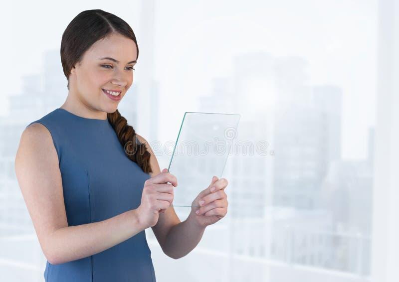 Bizneswoman trzyma szkło ekran z jaskrawym tłem obrazy royalty free
