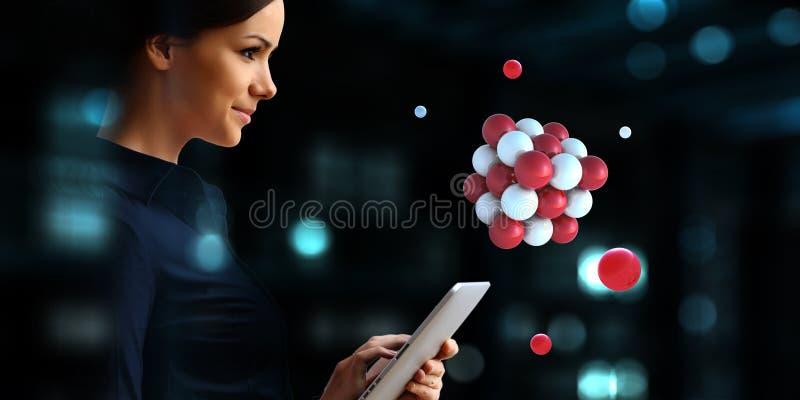 Bizneswoman trzyma tabalet z wi?zk? sfery levitating nad Mieszani ?rodki fotografia royalty free