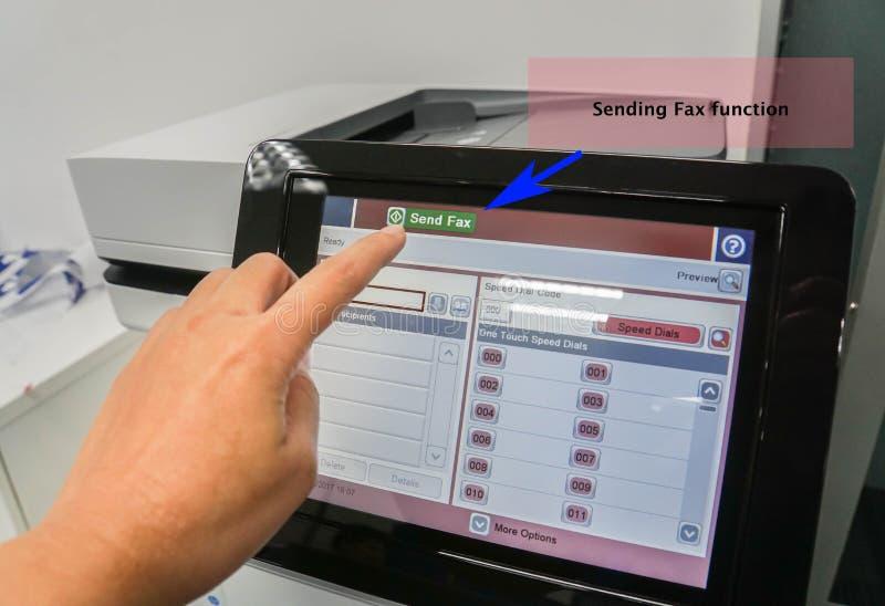 Bizneswoman używa drukarkę wysyłać faks funkcję dla pieniężnych dokumentów obrazy royalty free