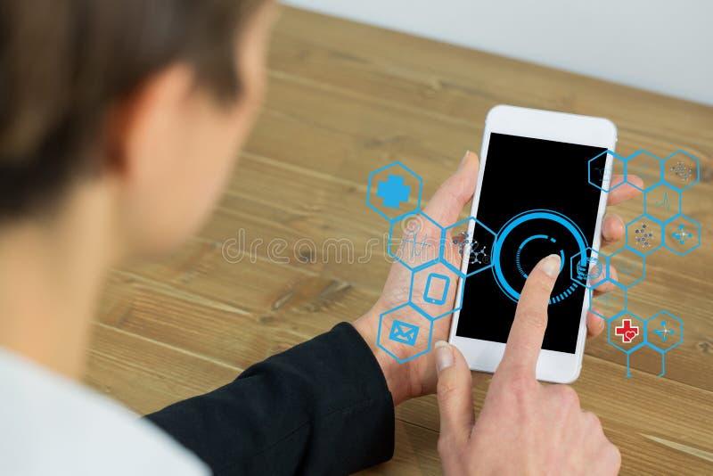 Bizneswoman używa IOT grafika na mądrze telefonie obraz royalty free