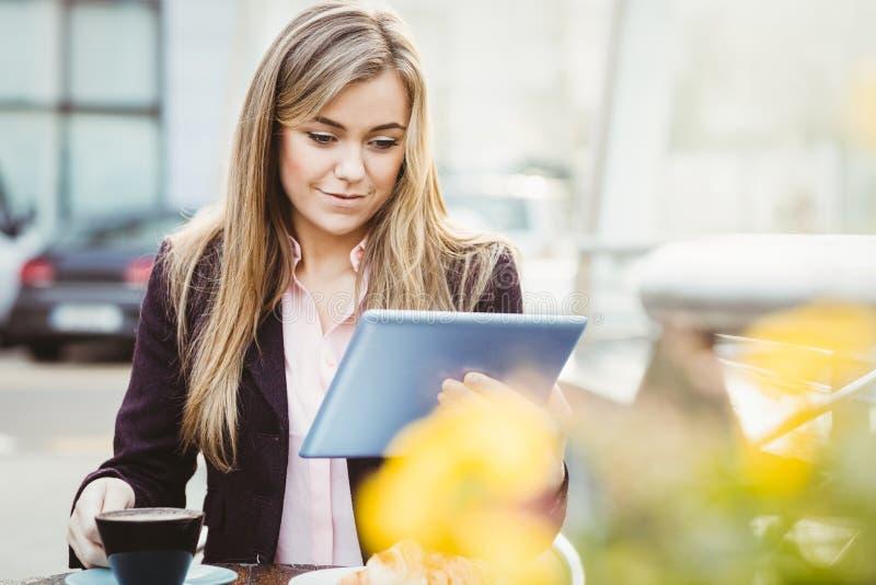 Bizneswoman używa jej pastylka komputer osobistego zdjęcie stock