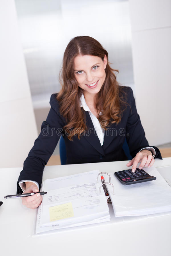 Bizneswoman używa kalkulatora obraz royalty free