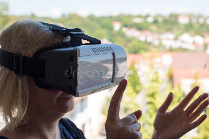 Bizneswoman używa rzeczywistość wirtualna szkła obrazy royalty free