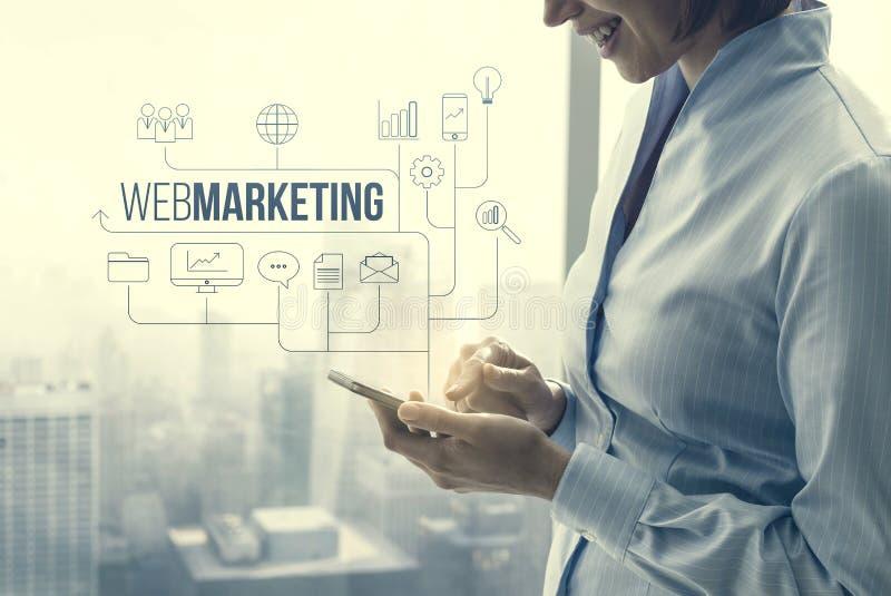 Bizneswoman u?ywa wprowadza? na rynek i biznesowi apps fotografia royalty free