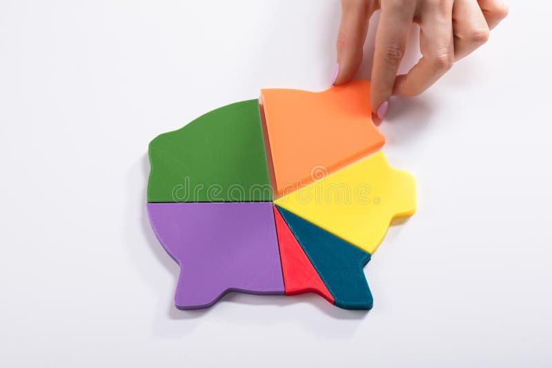 Bizneswoman Umieszcza Po raz ostatni kawałek W Wielo- Barwionego Piggybank obraz stock