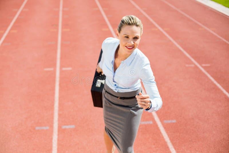 Bizneswoman w gotowym biegać pozycję fotografia royalty free