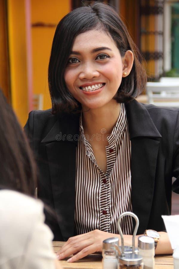 Bizneswoman w kawiarni ono uśmiecha się zdjęcie stock