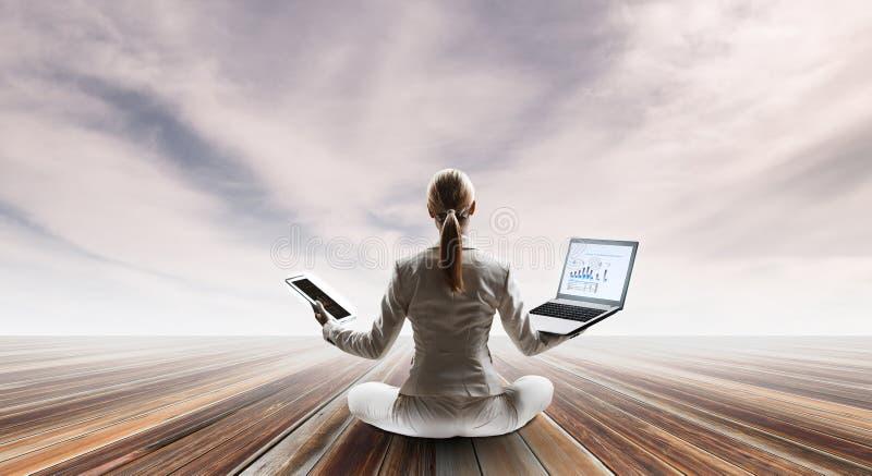 Bizneswoman w lotos pozie Mieszani środki ilustracji