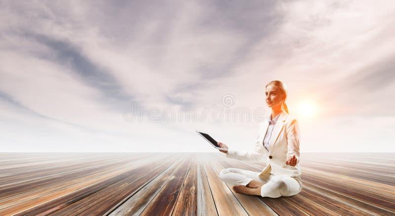 Bizneswoman w lotos pozie Mieszani środki obraz stock