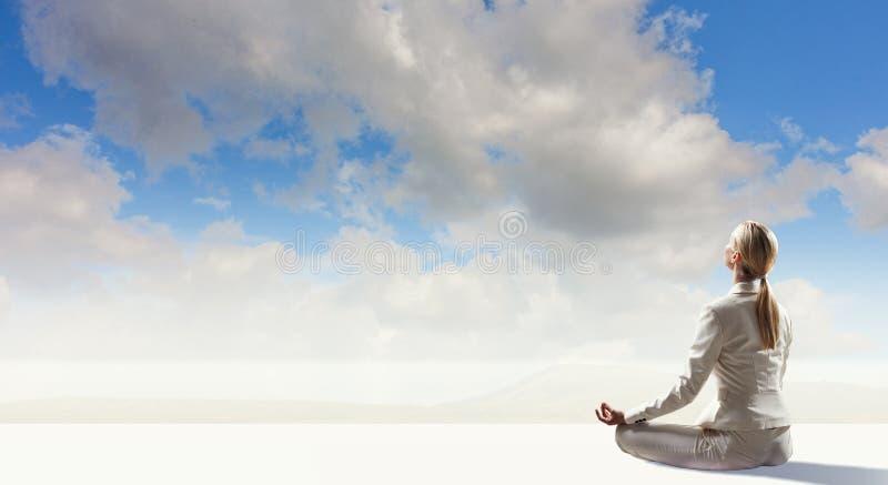 Bizneswoman w lotos pozie Mieszani środki fotografia royalty free