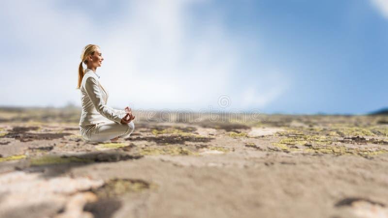 Bizneswoman w lotos pozie Mieszani środki zdjęcie royalty free