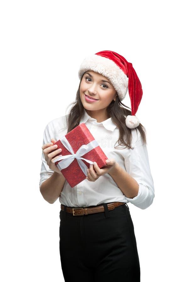 Bizneswoman w Santa kapeluszowym mienia bożych narodzeń prezencie fotografia royalty free