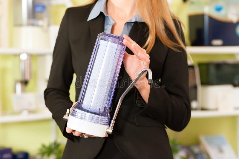 Bizneswoman wprowadzać na rynek jej produkt obraz stock