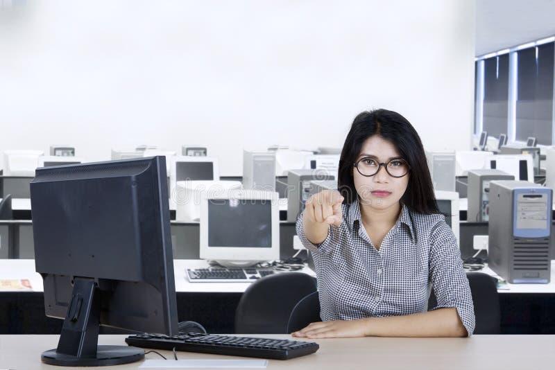 Bizneswoman wskazuje jej palec przy tobą zdjęcie royalty free